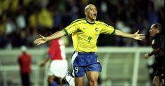 1998 - A camisa apresentou gola canoa novamente e ganhou quatro estrelas acima do escudo, além de duas listras verdes nas mangas. Na imagem, o atacante Ronaldo comemora gol durante a vitória por 4 a 1 do Brasil sobre o Chile, pelas oitavas do Mundial Shaun Botterill/Getty Images. In Bol 06/12/2013.