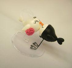 """Noivinhos em formato de pássaros. Estes topos são uma representação divertida dos """"pombinhos""""."""