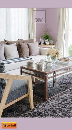 Uma opção criativa para uma sala com decoração clássica, a cor Violeta Vapor fica bastante natural com mobiliário nesse estilo. Na #PaletaSuvinil: #VioletaVapor