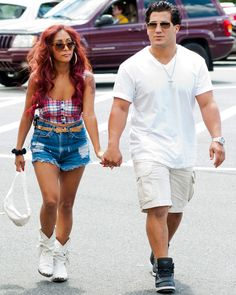 Snooki and fiance Jionni LaValle head out to meet with friends in New Jersey on August 16. Snooki, you're looking more country bumpkin than Jersey Shore!