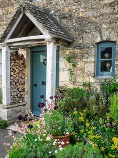 11 Small Garden Design Ideas to Transform Into a Chic Entrance 11 kleine Garten-Design-Ideen, die si Cottage Front Doors, Cottage Porch, Cottage Exterior, Garden Cottage, Cottage Style, Front Door Entrance, Entrance Ideas, Front Porch, Entrance Halls