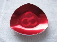 Rødt askebeger i emalje