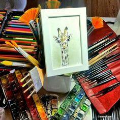 Noch hat Alma den Überblick im Atelier. Sie sucht aber neue Perspektiven. Kinderzimmer angenehm.  Das Giraffen-Bild ist jetzt in den Shops wandklex.etsy.com und wandklex.dawanda.com zu haben.  Material : Schmincke Künstlerfarben Horadam auf @hahnemuehle Britannia 300g rauh @wandklexKunstatelier  #wandklex #malerei #handgemalt #aquarell #hahnemühle #kunst #art #watercolor #watercolour #tier #tierportrait #giraffe #giraffes #giraffe #girafa #zoo #etsyfinds #etsygifts #etsyfindes #etsyseller…