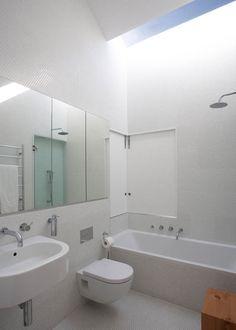 ห้องน้ำในห้องนอน มีอ่างอาบน้ำ รับแสงจากหลังคา