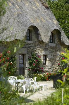 La Chaumiere - Charming thatched gite / cottage in Morbihan, Southern Brittany, France with private swimming pool in a scenic riverside location (nearest beach 20 minutes). Storybook Homes, Storybook Cottage, Little Cottages, Cabins And Cottages, Stone Cottages, Stone Houses, Cute Cottage, Cottage Style, Cottage Living