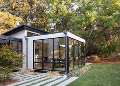 Modern ranch-style house located in Palo Alto, California, completely redesigned by Feldman Architecture. Pergola Designs, Patio Design, Sunroom Addition, Design Exterior, California Living, Ranch Style Homes, Modern House Design, Architecture, Old Houses