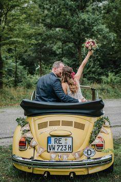 Inspiration Sommerhochzeit: Portrait Brautpaar im Käfer Cabrio mit Vintage Wimpelkette #realwedding #posing #hochzeit #vintage #käfer #vw #cabrio #autoschmuck #wimpelkette #vintage #sommerhochzeit #ruhrgebiet #lumoid #hochzeitsfotografin #bottrop