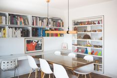 Kathryn Gillmore y Pedro Gubbins, diseñadora gráfica y arquitecto House Tours, Office Desk, Bookcase, Dining Room, Shelves, House Design, Inspiration, Furniture, Home Decor