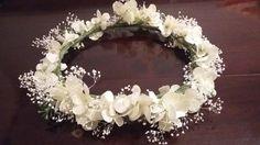 Aprende a hacer esta bonita corona de flores perfecta para el peinado de una comunión o de cualquier ocasión especial. ¡Mira! Corona Floral, Bridal Headdress, Wedding Hair Inspiration, Wedding Headband, First Communion, Floral Crown, Grapevine Wreath, Marie, Floral Wreath
