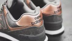 O New Balance é um tênis de corrida super popular e usado por muitos, e o melhor de tudo, dá pra montar vários looks com ele, sabia? Vem conferir como usar! Sapatos Omg, Sapatos Sandálias, Sapatos Lindos, Tênis Vans Feminino, Tênis Feminino, Roupas Para Malhar, Tenis Esportivo, Sapatos Rasos, Looks Com Tenis