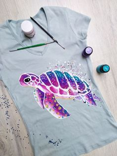 diy fabric painting techniques - Diy Techniques and Supplies Puffy Paint Shirts, Fabric Paint Shirt, T Shirt Painting, Diy Painting, Tshirt Painting Ideas, Acrylic Paint On Fabric, Painting Fabric Chairs, Diy Y Manualidades, Diy Clothes Videos