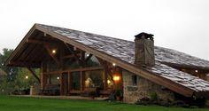 Uma casa de madeira com telhado até o chão