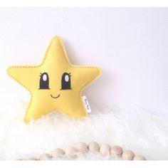 Knuffel Ster DIY geel Naai je eigen sterknuffeltje met dit doe-het-zelf pakket! Inhoud doe het zelf pakket kawaaii ster vilt geel: * patroon * geel gemeleerd vilt * benodigd garen * kleine naald * borduurnaald * 5 spelden * vulling Zelf toevoegen: * schaar Deze ster wordt ongeveer 20x20 cm op de wijdste punten Moeilijkheidsgraad: Makkelijk! :)  Let op: Dit is een doe-het-zelf-pakket, niet een afgemaakt product.