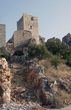 OΙ ΠΥΡΓOΙ ΤΗΣ ΜΑΝΗΣ | Mani Voice Corinth Canal, Barn Houses, Eco Friendly House, American Revolution, Greek Islands, Crete, Byzantine, Beautiful Interiors, Caves