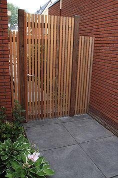 zelfbouwdeur die toegang geeft tot moderne tuin. www.houdijkstijltuinen.nl