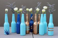 Veja que lindas essas garrafas long neck de cerveja que foram reutilizadas, pintadas e aproveitadas na decoração da casa.