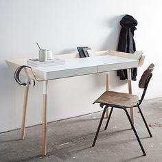 MaterialLackiertes MDF, Birkensperrholz. Beine: Massives Birkenholz. FarbeWeiß, Holz natur AbmessungenH: 80 cm B: 136 cm T: 63 cm
