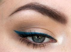 Have you always wanted to achieve that beautiful cat eye look with your eyeliner? If you're having a hard time, there are some easy cat eyes makeup tips you can try out. These tips will help you achieve the look every time in a matter of minutes. Eyeliner Make-up, Eyeliner Shapes, Simple Eyeliner, Perfect Eyeliner, Eyebrows, Blue Eyeliner Looks, Glitter Eyeliner, Coloured Eyeliner, Natural Eyeliner