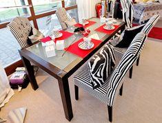 Glastisch mit modernen Stühlen