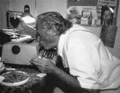 Bukowski besando a su máquina de escribir
