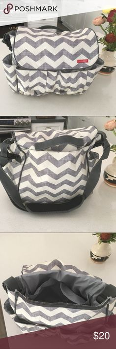 Skip Hop Messenger Diaper bag Beautiful skip hop diaper bag in a chevron print.  It's practically brand new only used a few times.  Very easy to access diapers and wipes when on the go. Skip Hop Bags Baby Bags