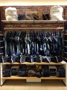 merchandising idea for jeans Denim Display, Showroom, Clothing Store Design, Visual Merchandising Displays, Clothing Displays, Jeans Store, Store Windows, Retail Interior, Store Displays