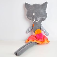 Olivia is a happy little softie cat - she brings smiles to the faces of kids and adults alike and she's never tired of playing! She loves dancing, sleeping a lot and snuggle in a comfy bed! Olivia is a handmade soft toy cat made of cotton fabrics, wool fabric, pom pom and trims. Measures 16,5 in tall.Other soft toy animal characters available on request (litte pig, sheep, mouse, dog, donkey, wolf, rabbit, panda, elephant, giraffe,…)A Olívia é uma gatinha muito feliz - ela faz sorrir crianças…