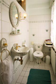 Die traditionell eingerichteten Badezimmer bieten eine Dusche und einen Föhn Das Hotel, Bath Mat, Mirror, Bathroom, Furniture, Home Decor, Traditional, Full Bath, Washroom
