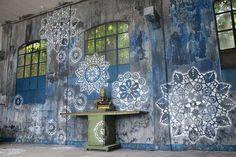 street art inovadora com mandalas, cerâmica e crochê, feito por uma artista holandesa = DEMAIS! ENCANTANDA!