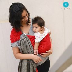 Gauri Deshpande flaunts her Scarlet Chambray Soul Sling! #soulsling #ringsling #babywearing #babywearingindia #babycarrierindia #affordablebabywearing #babyshowergift #attachmentparenting