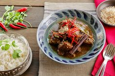 Malaysian Beef Rendang Curry - Make delicious beef recipes easy, for any… Beef Recipes, Curry, Paleo, Asia, Easy Meals, Ethnic Recipes, Food, Meat Recipes, Curries