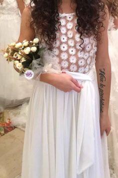 Perfetto per le spose alte e imponenti e renderà indimenticabile ogni scatto fotografico che lo vedrà coinvolto: sceglietelo se cercate un bouquet con personalità! Bouquet, Girls Dresses, Flower Girl Dresses, Corsage, Glamour, Wedding Dresses, Fashion, Dresses Of Girls, Bride Dresses