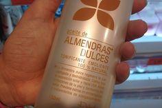 El aceite de almendras es un producto natural muy socorrido para mejorar el estado de la piel y frenar su envejecimiento prematuro. También nutre, hidrata, suaviza y aporta brillo al cabello Piel Natural, Shampoo, Wine, Bottle, Ideas Para, Beauty, Almond Oil Hair, Sweet Almond Oil, Moisturize Hair