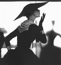 Chanel - Vintage Chanel LBD with the timeless pearl necklace. & a wide brimmed hat. Chanel Vintage, Glamour Vintage, Vintage Beauty, Vintage Couture, Vintage Vogue, Vintage Paris, Vintage Outfits, Vintage Clothing, Vintage Dresses