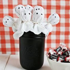 Throw a spooktacular party with these Halloween party ideas, which include decorations, food, games, centerpieces and much more! Halloween Buffet, Bloody Halloween, Fröhliches Halloween, Halloween Crafts For Kids, Halloween Snacks, Halloween Cupcakes, Halloween Season, Family Halloween, Fall Crafts
