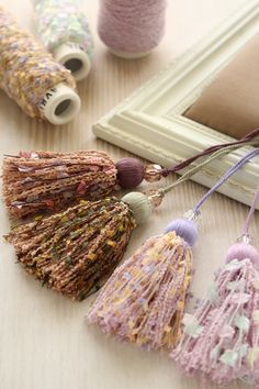 Pretty tassels using specialty yarns. Diy Tassel, Tassel Jewelry, Textile Jewelry, Tassel Necklace, Diy And Crafts, Arts And Crafts, Passementerie, Wooden Beads, Fabric Flowers