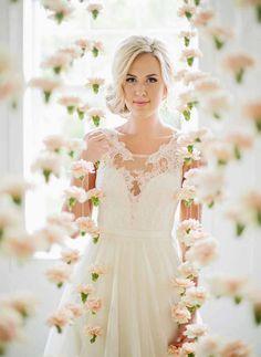 Eis um tipo de decoração singelo, romântico e tão lindo, mas tão lindo que as fotos falam por si. A cortina de flores é perfeita para casamentos no campo, mas também tem seu valor nos…