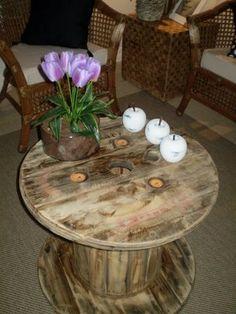 Mesa de Carretel de Madeira, se inspire e faça você mesma …Acrescente vidro e corda e tenha uma mesa sofisticada….O rustico está na moda , não tem talento com o faça você mesma ? Coloqu…