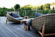 Een knipoog naar de jaren 60. Dit fantastische Daybed gemaakt van 1e klas KUBU riet is een heerlijke loungebank voor zowel binnen als buiten of onder de veranda om (samen) in te zitten. Inclusief zitkussen en 3 losse kussentjes in een all-weather stof. Kleur van de kussens is Donker Grijs. FLORENCE DAYBED