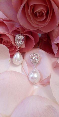 Τα κρύσταλλα του κουμπώματος είναι κρύσταλλα swarovski ( πέτρα και περίγραμμα) σε διάφανη απόχρωση. Η πέρλα είναι εξαιρετικής ποιότητας σε ιβουάρ απόχρωση. Μήκος : 4 εκατοστά Κωδικός: 0012757 Swarovski, Pearl Earrings, Pearls, Jewelry, Products, Fashion, Moda, Pearl Studs, Jewlery