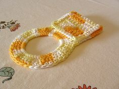 [Free Pattern] This Super Cute Basic Towel Ring Will Make A Great Addition To A Towel Gift - Knit And Crochet DailyKnit And Crochet Daily Crochet Towel Holders, Crochet Dish Towels, Crochet Towel Topper, Crochet Kitchen Towels, Crochet Potholders, Crochet Home, Crochet Crafts, Crochet Yarn, Easy Crochet