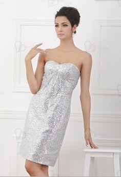 Una clase simple y superior, vestido de cóctel sin tirantes gris con motivos de lentejuelas, no te dejaré sin admiración. Está cerrado por una cremallera en la parte posterior y resaltar su forma perfectamente.