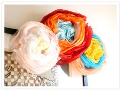 Mexican paper flowers, for Cinco de Mayo party! Mexican Paper Flowers, Tissue Flowers, Tissue Paper Flowers, Diy Flowers, Newspaper Flowers, Paper Rosettes, Flower Diy, Diy Paper, Paper Crafts