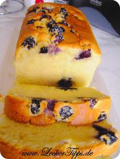 Der Kuchen ist sehr saftig und zergeht auf der Zunge. Ein feiner Butter-Vanille Geschmack passt hervorragend zu Kaffee oder Tee. Es müssen nicht unbedingt Heidelbeeren sein, auch Brombeeren oder andere Beeren würden zu diesem Kuchen passen.