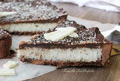 Torta bounty con frolla al cioccolato senza uova. Una frolla morbida e friabile fa da base ad un dolce e morbido ripieno al cocco. Ricoperta con cioccolato