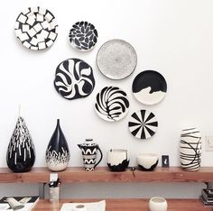 10 Practical Tips for Hanging Plates on the Wall - Unique Balcony & Garden Decoration and Easy DIY Ideas Painted Ceramic Plates, Ceramic Pottery, Plate Wall Decor, Plates On Wall, Pottery Painting, Ceramic Painting, Ceramic Artists, Keramik Design, Hanging Plates