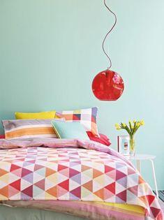 pastellgrün wandfarbe farbige bettwäsche rote lampe