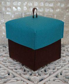 Hoje há novidade!! :) Caixa em feltro, de forma cubica, nos tons castanho chocolate e azul turquesa. Pode ter vários tamanhos e cores, sendo perfeita para pequenas arrumações, enquadrando-se na decoração, ou simplesmente servir de embrulho para um presente.