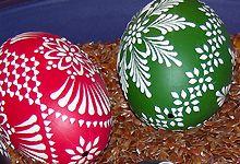 Sorbische Eier   Unter den Löffel die Kerze stellen, damit das Wachs erhitzt wird.