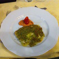 Trancio di branzino gratinato con pistacchi e pesto Messinese...